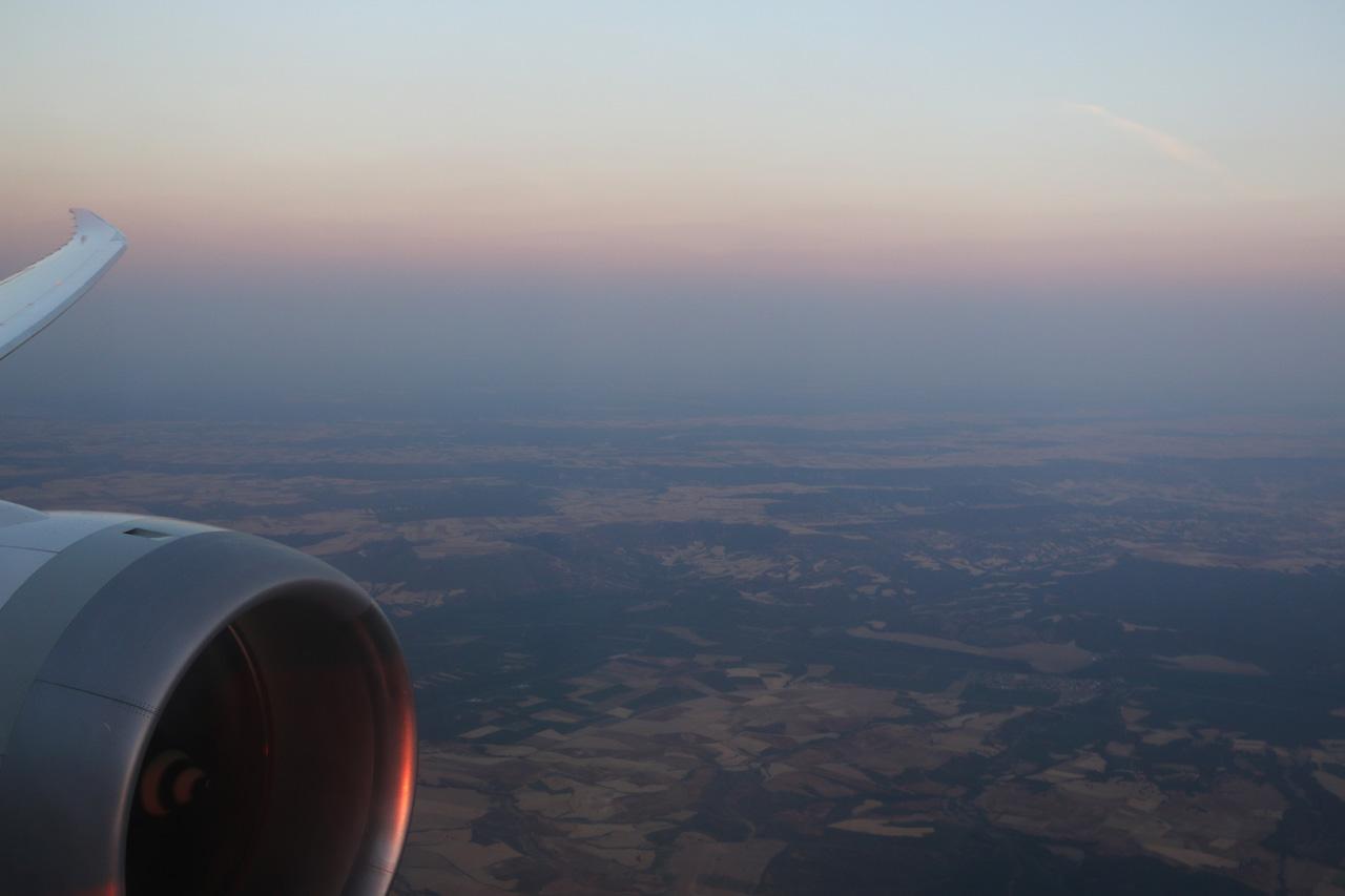 ganz hinten im flugzeug sitzen